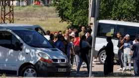 Varios vecinos de la zona donde ocurrió el tiroteo, congregados el pasado martes (EFE)
