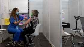 Una sanitaria vacuna a una mujer en el recinto ferial de Montjuich.