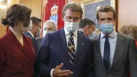 El presidente de la Xunta de Galicia, Alberto Núñez Feijóo, acompañado de la presidenta de la Comunidad de Madrid, Isabel Díaz Ayuso, y el presidente del PP, Pablo Casado, durante su toma de posesión.