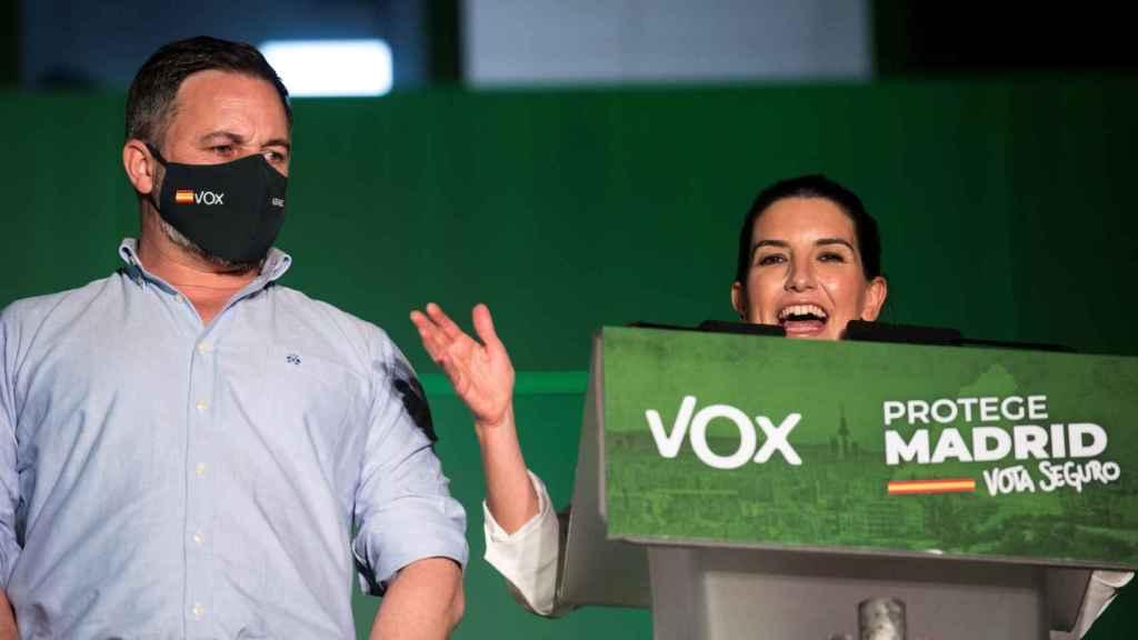 La candidata de Vox a la presidencia de la Comunidad de Madrid, Rocío Monasterio, junto al líder de su formación, Santiago Abascal.