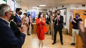 Isabel Díaz Ayuso, aplaudida en Génova durante el escrutinio de las elecciones del 4-M.