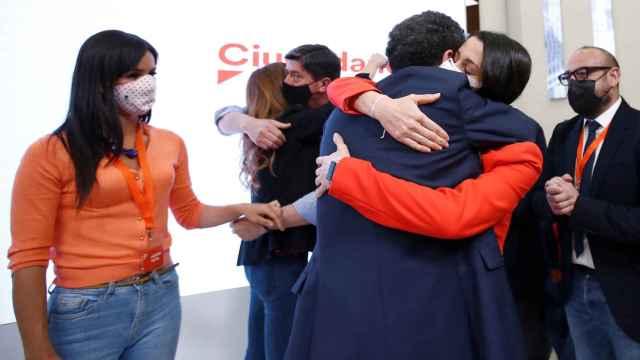 Arrimadas abraza a Edmundo Bal tras conocer el resultado del 4-M.