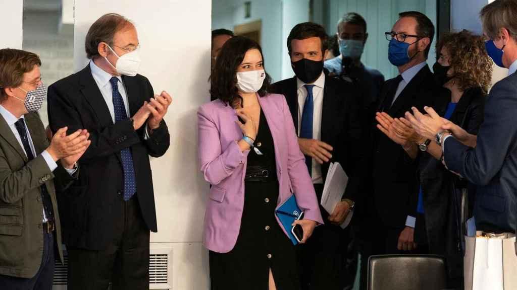Isabel Díaz Ayuso es recibida con aplausos en Génova tras su arrolladora victoria en las elecciones madrileñas.