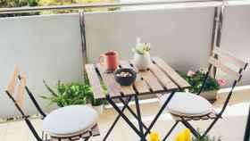 Tres conjuntos de mesa y sillas para balcones y terrazas pequeñas