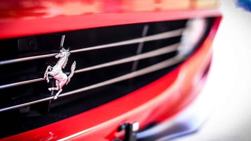 Detalle con el logotipo de Ferrari en un coche de la marca.
