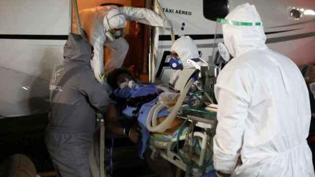 Imagen de archivo de una mujer embarazada con Covid trasladada a un hospital en Manaos (Brasil).