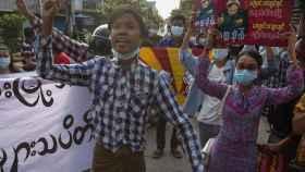 Cientos de manifestantes marchan durante una protesta antimilitarista en Mandalay, en Myanmar