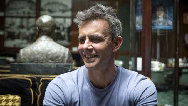 El presentador Alonso Caparrós acaba de publicar 'Un trozo de cielo azul'.