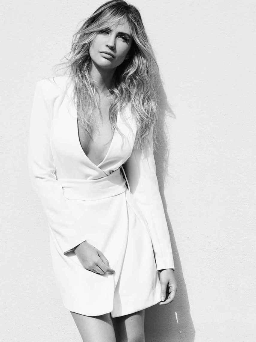 Rebecca Lima posa con una de las prendas de su marca, Inti Brand.