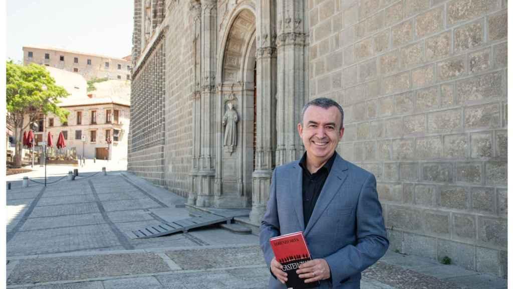 Lorenzo Silva junto al Monasterio de San Juan de los Reyes.