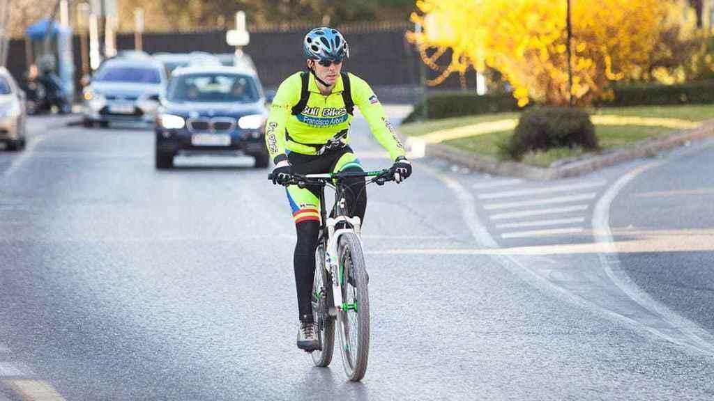 Un ciclista circulando por la carretera.