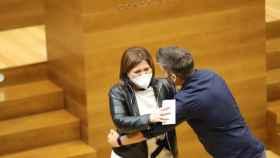 Isabel Bonig abraza a Fran Ferri (Compromís) tras su discurso de despedida de 'Les Corts'.