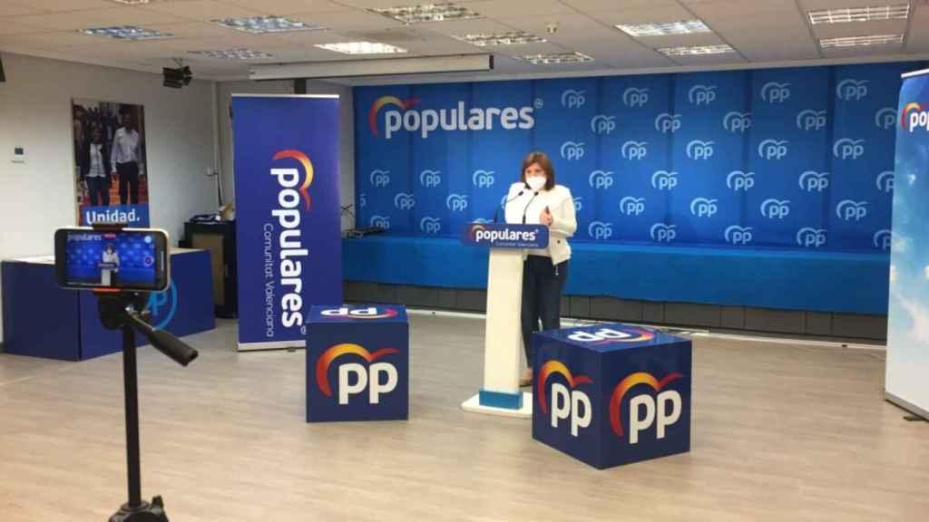 Una emocionada Isabel Bonig deja el acta de diputada del PP valenciano: Lo hago a mi pesar