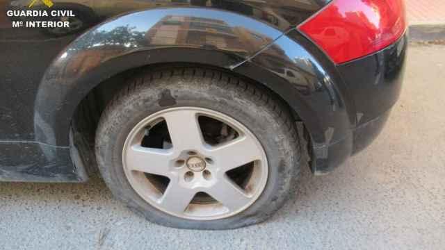 Detenido un anciano en San Vicente que pinchaba las ruedas de los coches que le molestaban
