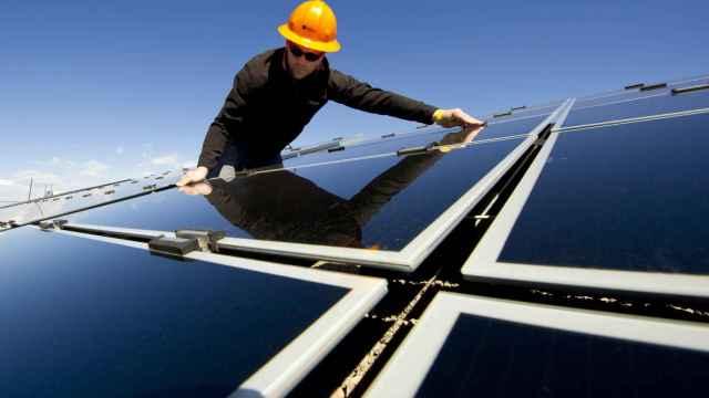Un operario revisa unas placas de energía solar.