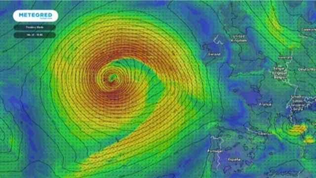 La ciclogénesis explosiva formándose en mitad del Atlántico.