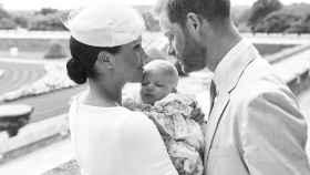 Meghan y Harry junto a su primogénito, Archie, en una imagen tomada tras su bautizo.