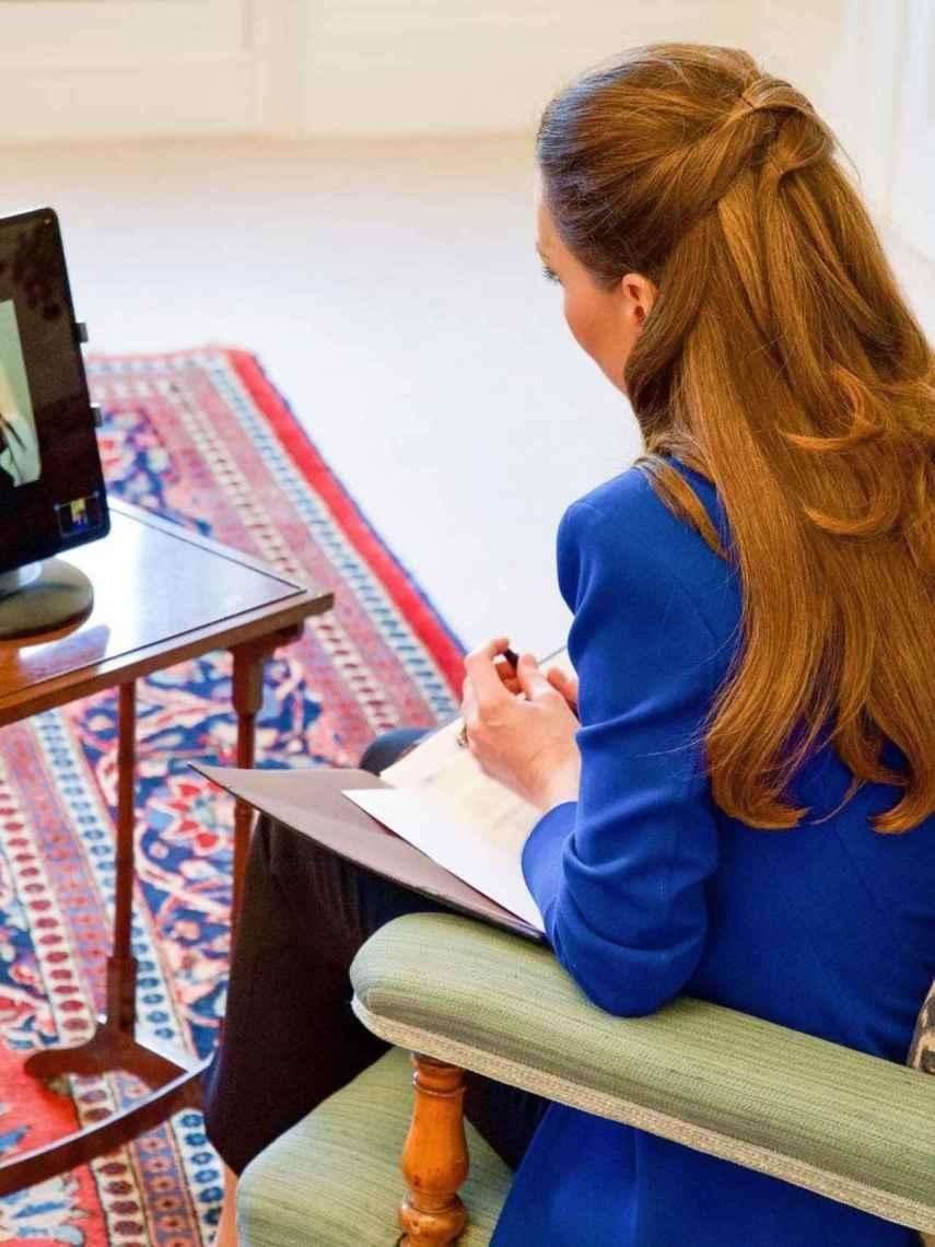 Kate Middleton luciendo una 'blazer' azul cobalto de Zara, durante una reunión telemática.