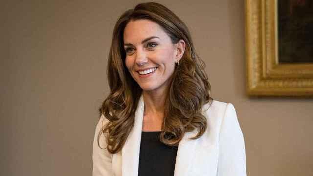 Kate Middleton apostó por una 'blazer' blanca de Zara, durante una reunión el pasado noviembre.