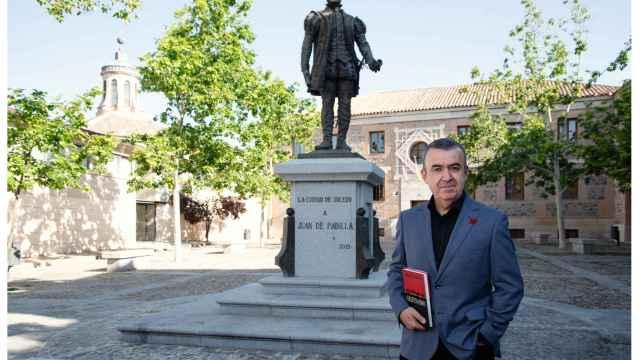 Lorenzo Silva frente a la estatua de Juan de Padilla en Toledo.