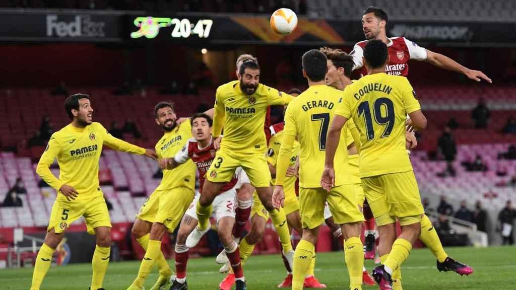 El Villarreal defiende un córner ante el Arsenal