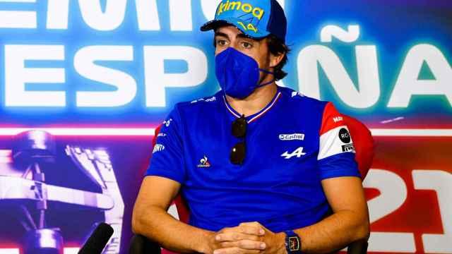 Fernando Alonso atiende a los medios en el Gran Premio de España