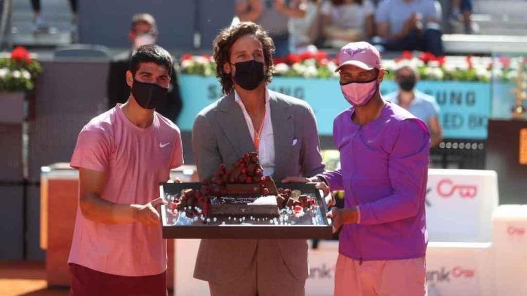 Carlos Alcaraz, Feliciano López y Rafa Nadal con la tarta en felicitación a Carlos por sus 18 años