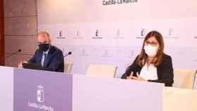 La directora gerente del Sescam, Regina Leal y el director general de Recursos Humanos, Iñigo Cortázar