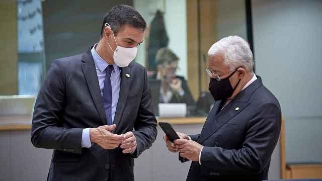 Pedro Sánchez conversa con António Costa durante una cumbre de la UE