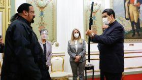 Nicolás Maduro con Steven Seagal en el Palacio de Miraflores.