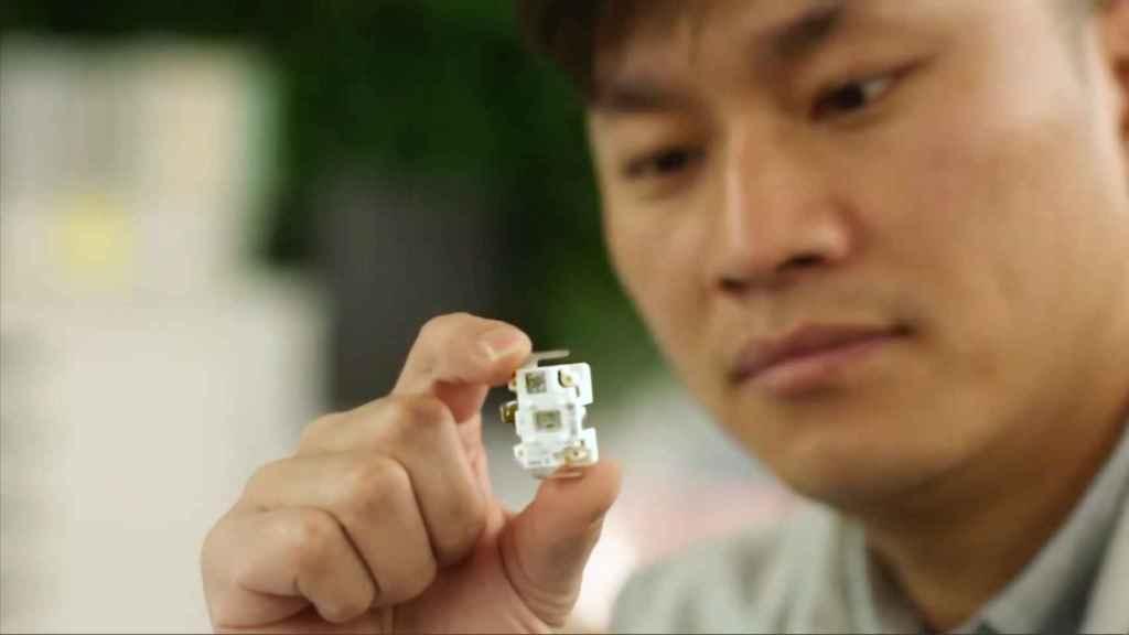 Científico sosteniendo un generador de radicales de hidroxilo