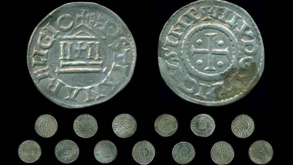 Descubierto un gran tesoro carolingio de 118 monedas de plata en Polonia