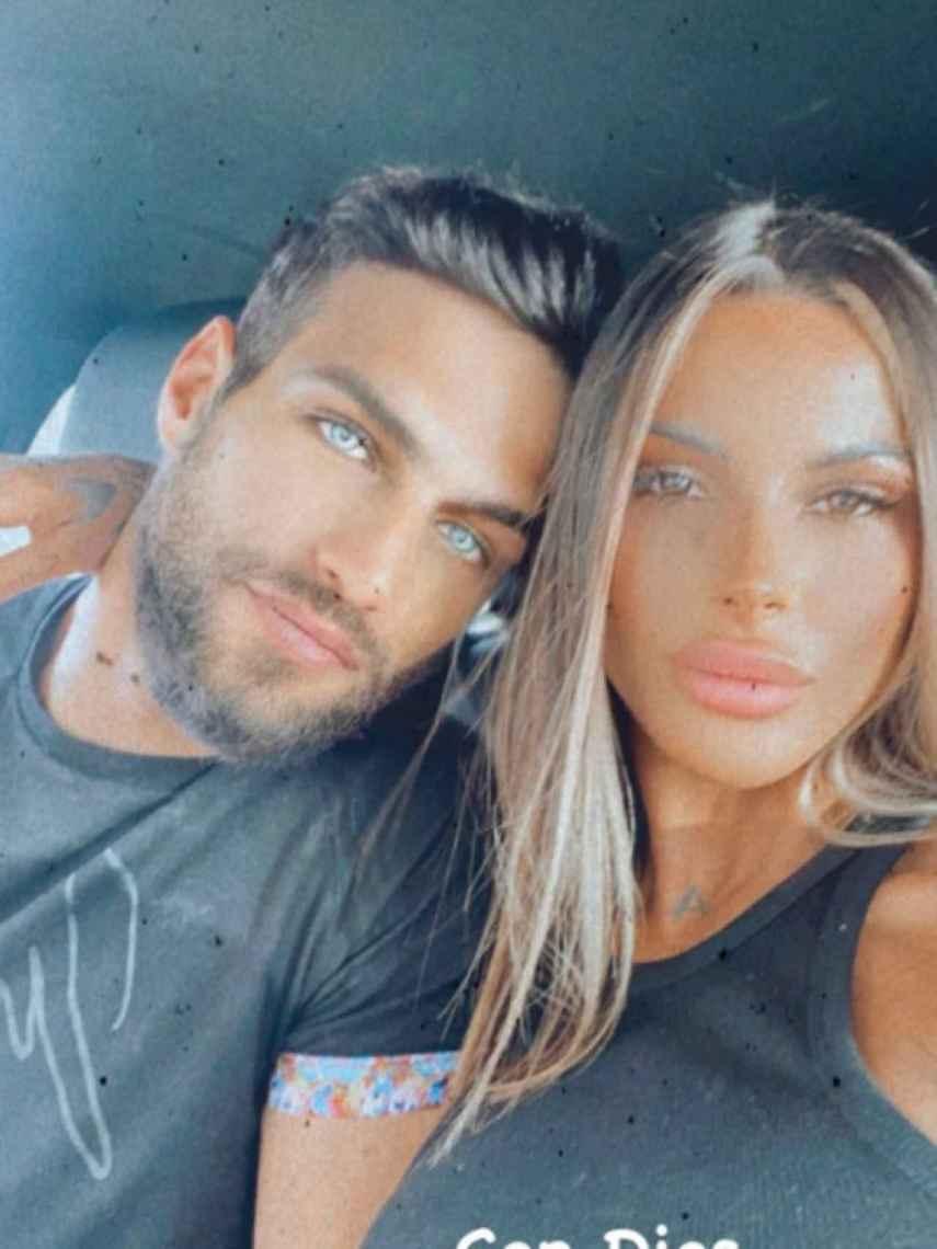 El actor junto a Alba Casillas, su pareja, en la imagen compartida por él en redes sociales.