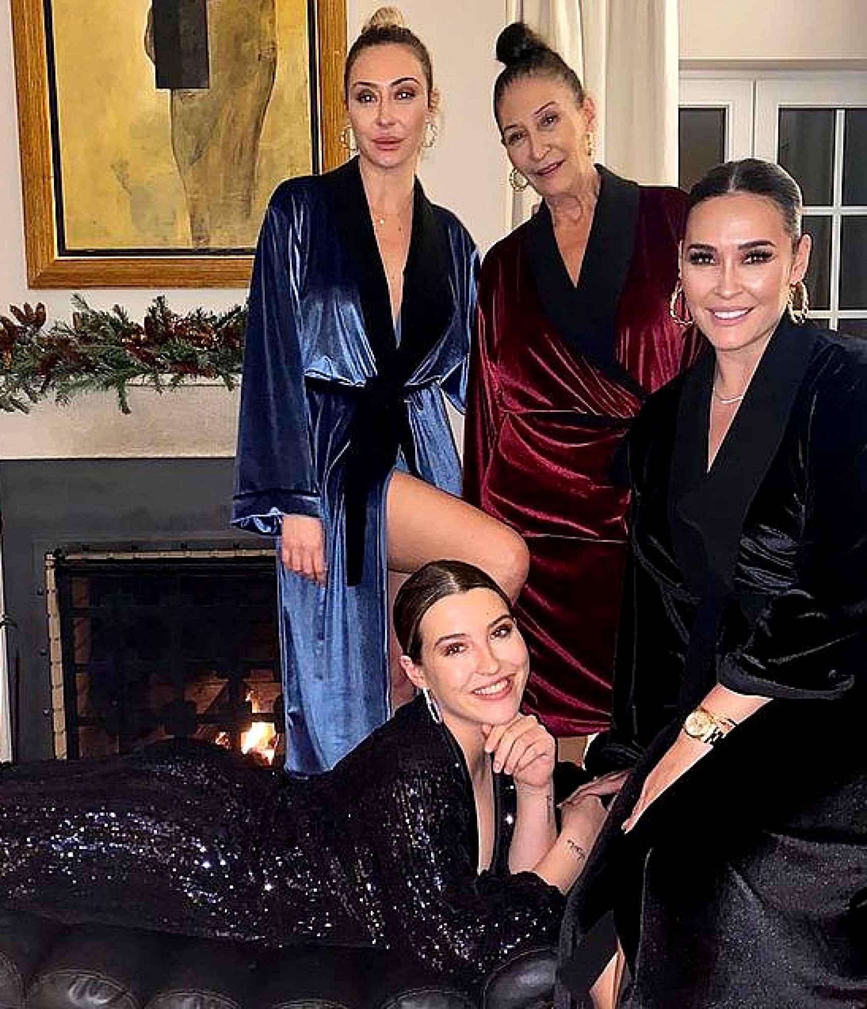 La familia al completo posó con las batas esta pasadas Navidades para impulsar las ventas de la prenda.