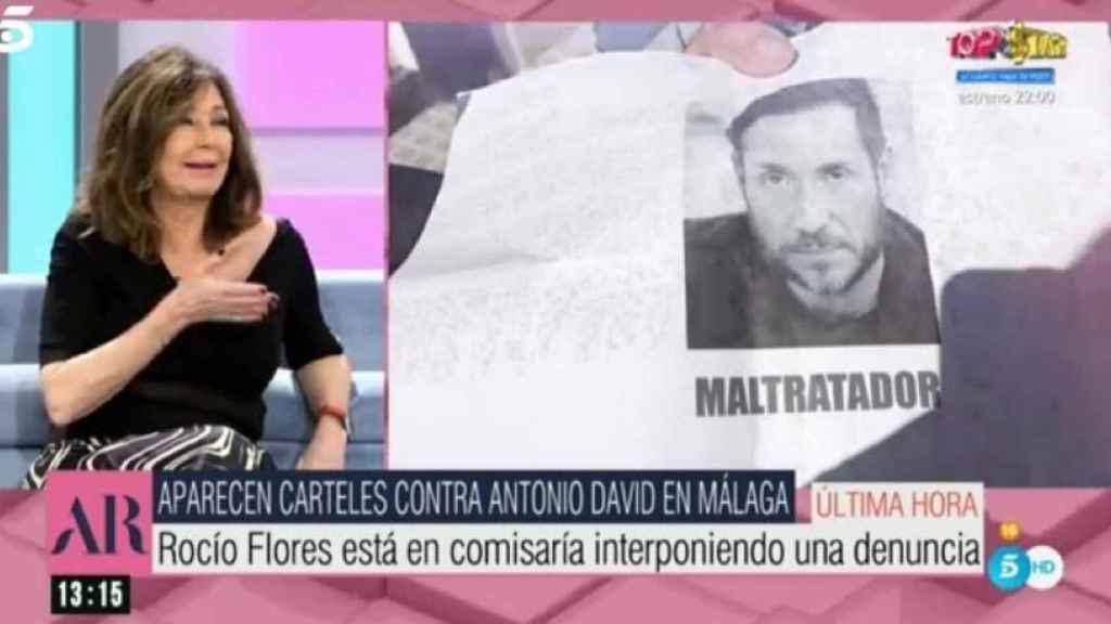 Imagen de 'El programa de Ana Rosa' con los carteles ofensivos contra Antonio David Flores.