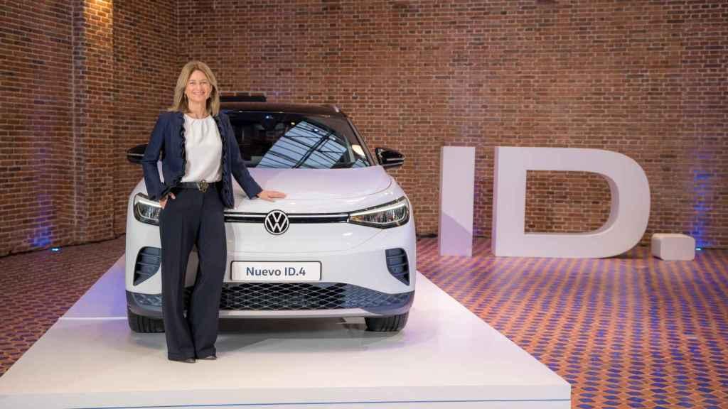 Laura Ros, con uno de sus vehículos eléctricos, el ID4.