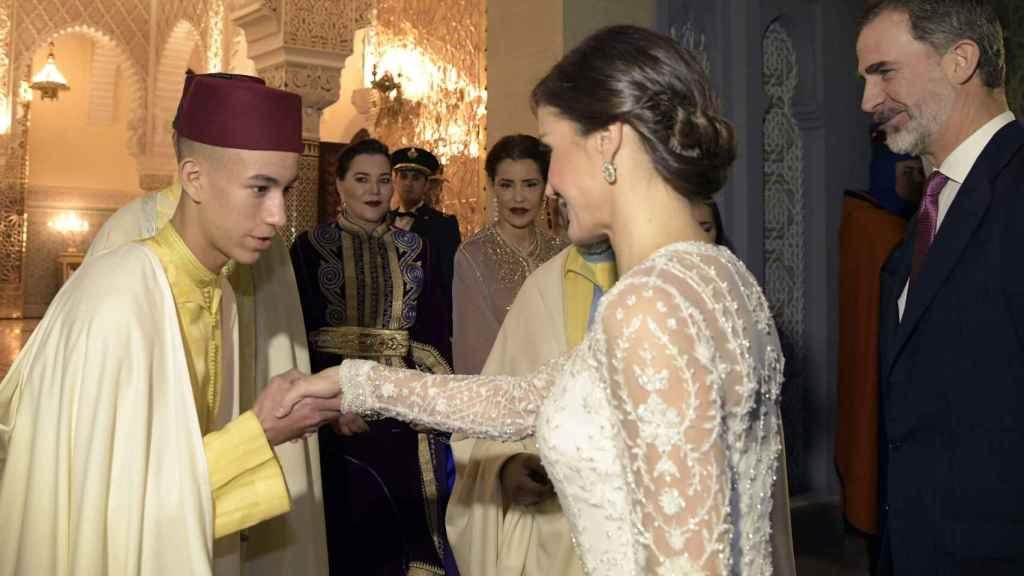 El príncipe Moulay Hassan saludando a la reina Letizia bajo la atenta mirada de sus tías, hermanas de su padre, el Rey.