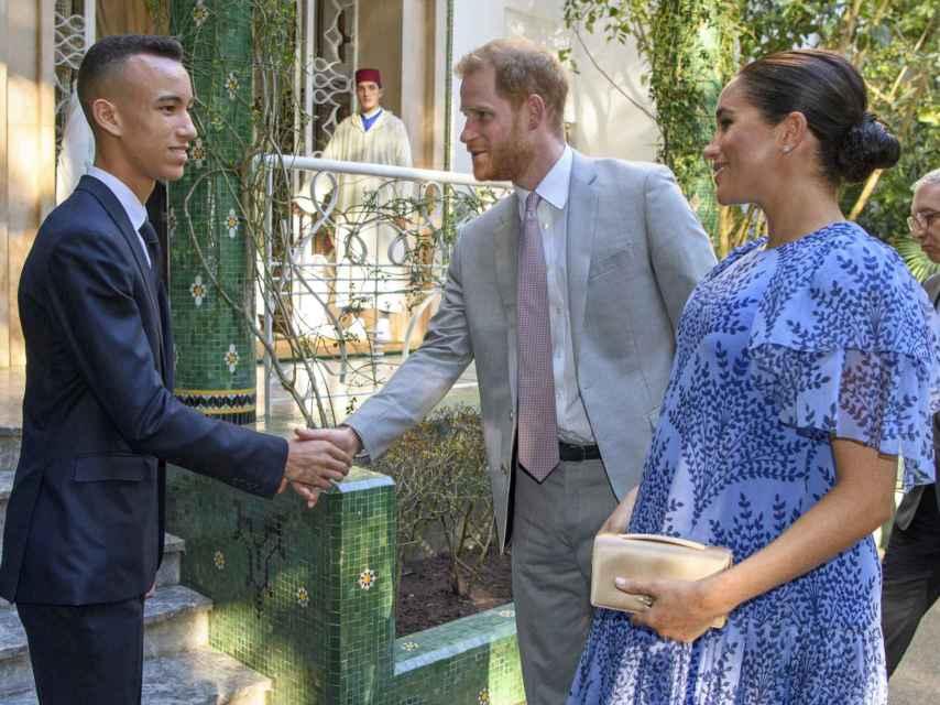 Los duques de Sussex, recibidos por el príncipe Moulay Hassan en Rabat.