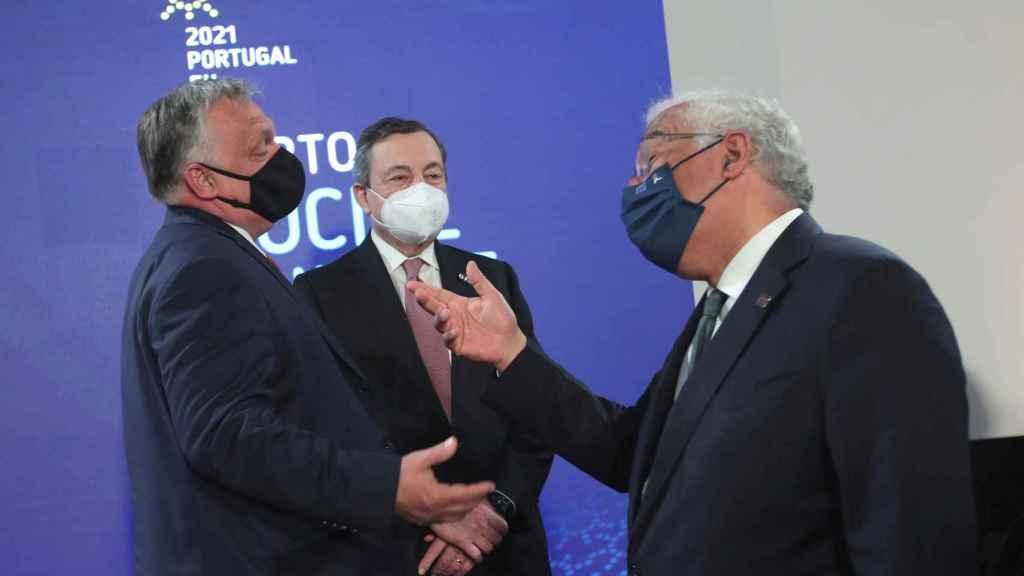 Viktor Orbán, Mario Draghi y António Costa conversan durante la cumbre de Oporto
