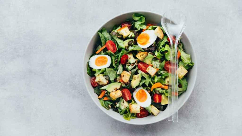 Una ensalada con distinta verdura.