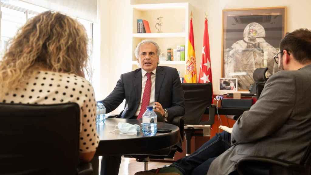 Ruiz Escudero en su despacho en la Consejería de Sanidad durante la entrevista con EL ESPAÑOL.