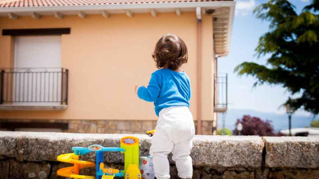 Arek, el vecino más joven de Navarredonda y San Mamés, de solo un año y medio.