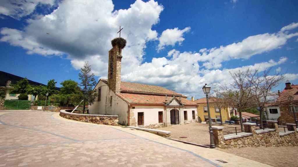 La iglesia de Navarredonda, quemada en la guerra y reconstruida durante el franquismo.