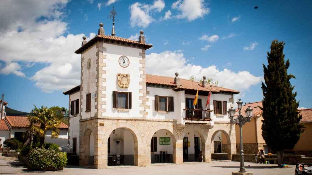 El Ayuntamiento de Navarredonda y San Mamés, que comparte edificio con el bar La Ronda.