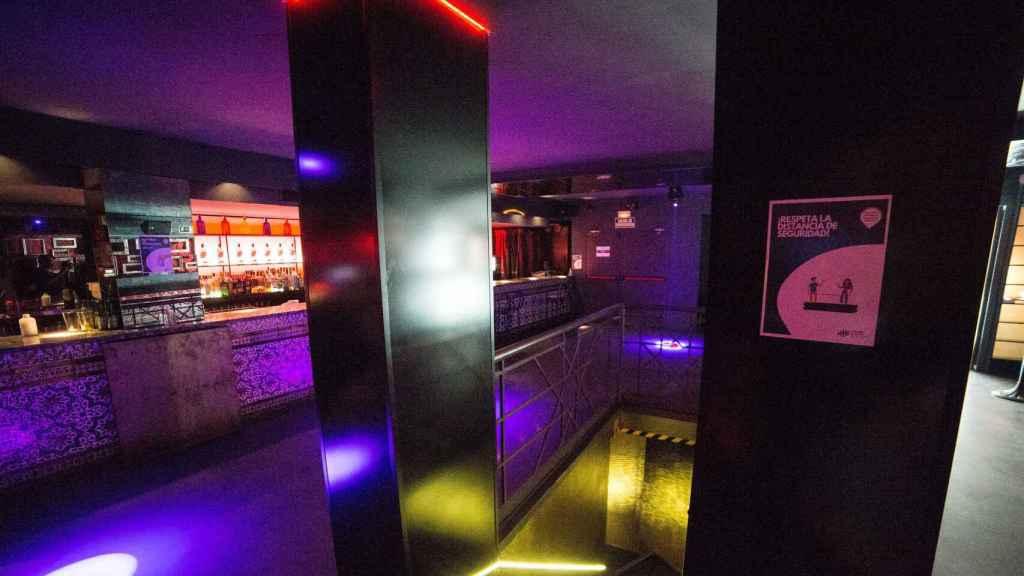 Interior de una discoteca donde se pide respetar la distancia de seguridad.