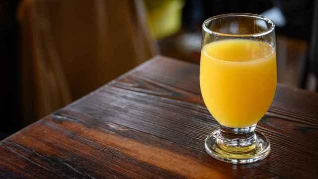 Un vaso de zumo de naranja.