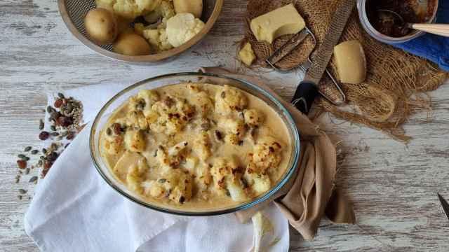 Coliflor gratinada con bechamel de miso y frutos secos