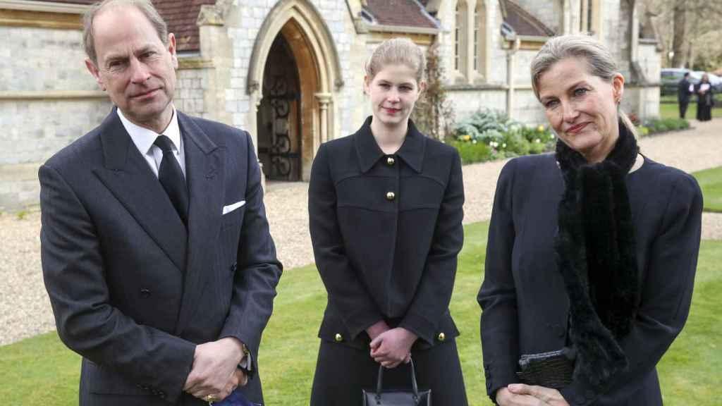 Los condes de Wessex y su hija Louise, durante el servicio religioso ofrecido en nombre del duque de Edimburgo.