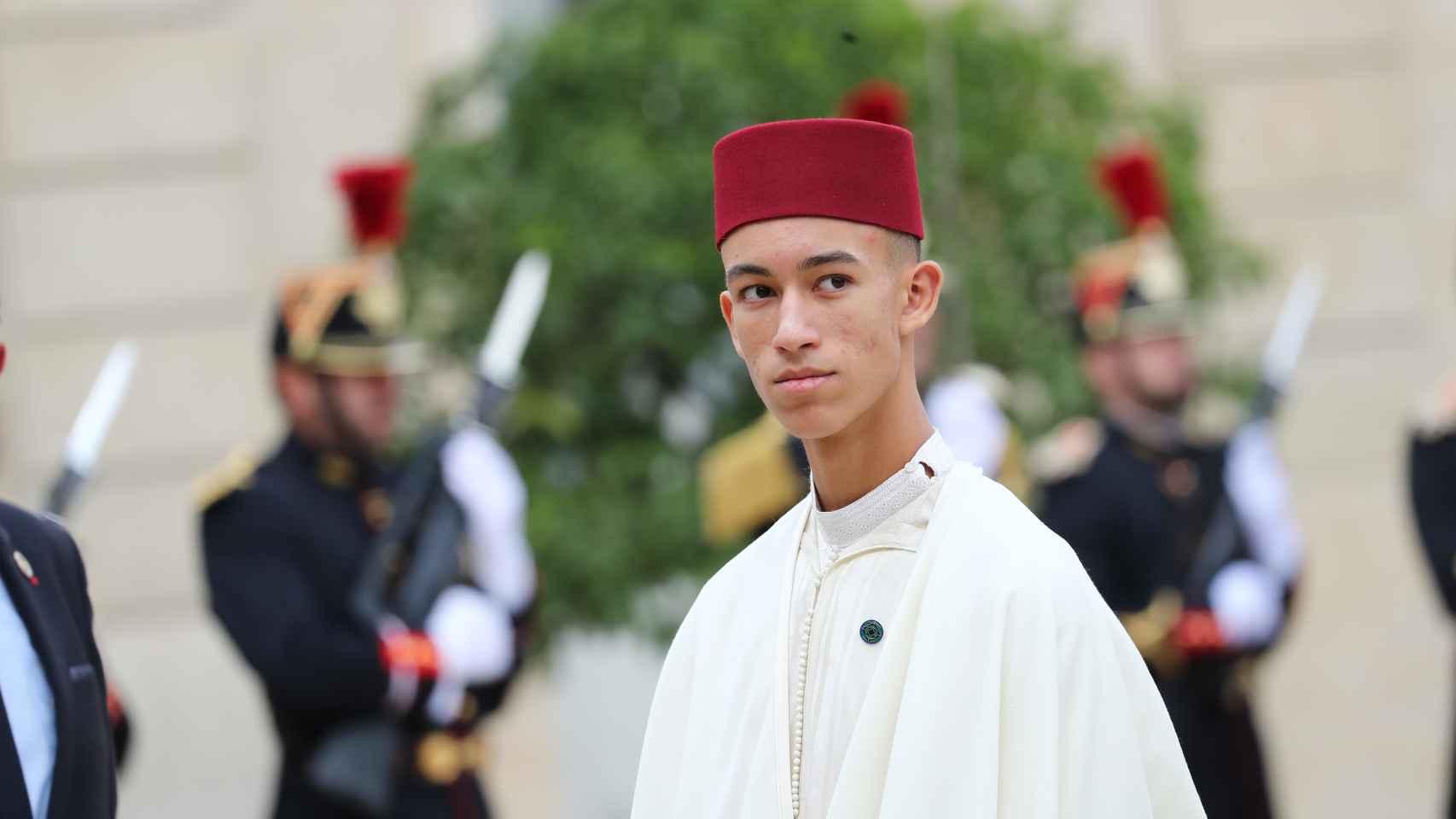 El príncipe Moulay Hassan de Marruecos no quiere que le besen la mano