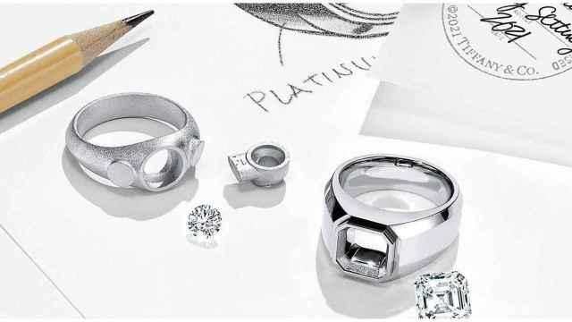Tiffany & Co muestra su catálogo de anillos de compromiso para hombres.